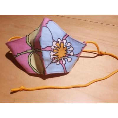 Roze mondkapje met blauwe bloem